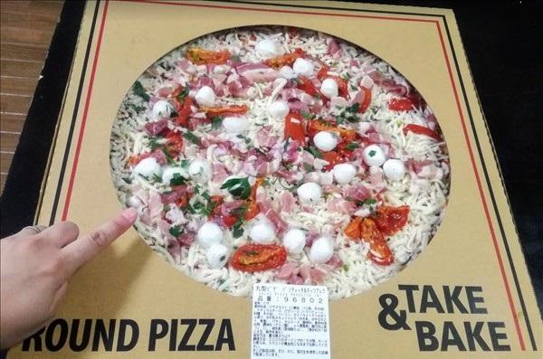 コストコのピザパンチェッタとモッツァレラ